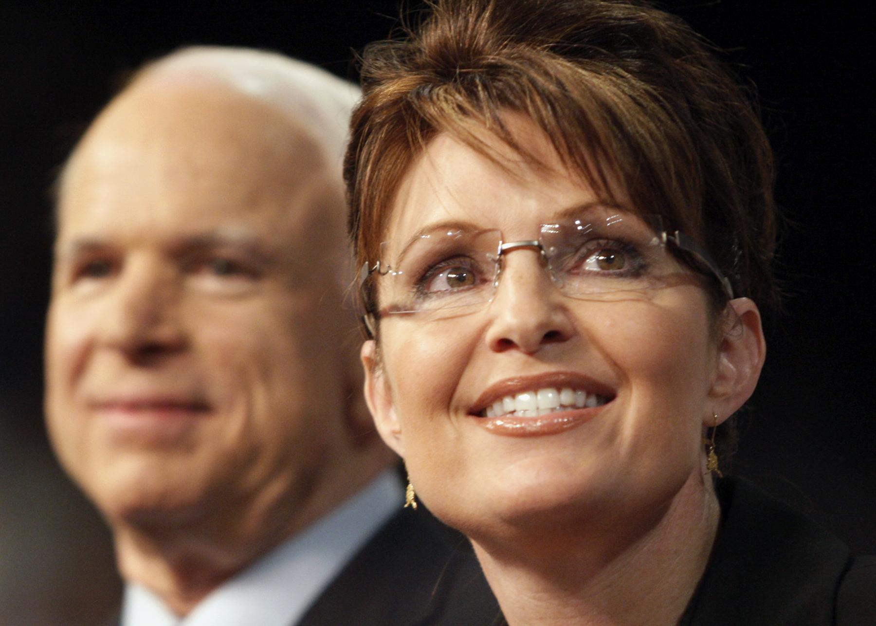 Close de Sarah Palin, com John McCain ao fundo (© AP Images)