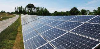 Обочина дороги вымощена панелями солнечных батарей (© AP Images)