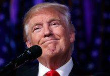 Close de Donald Trump em frente a um microfone (© AP Images)