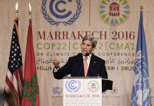 Le secrétaire d'État John Kerry s'exprimant à une tribune (© AP Images)