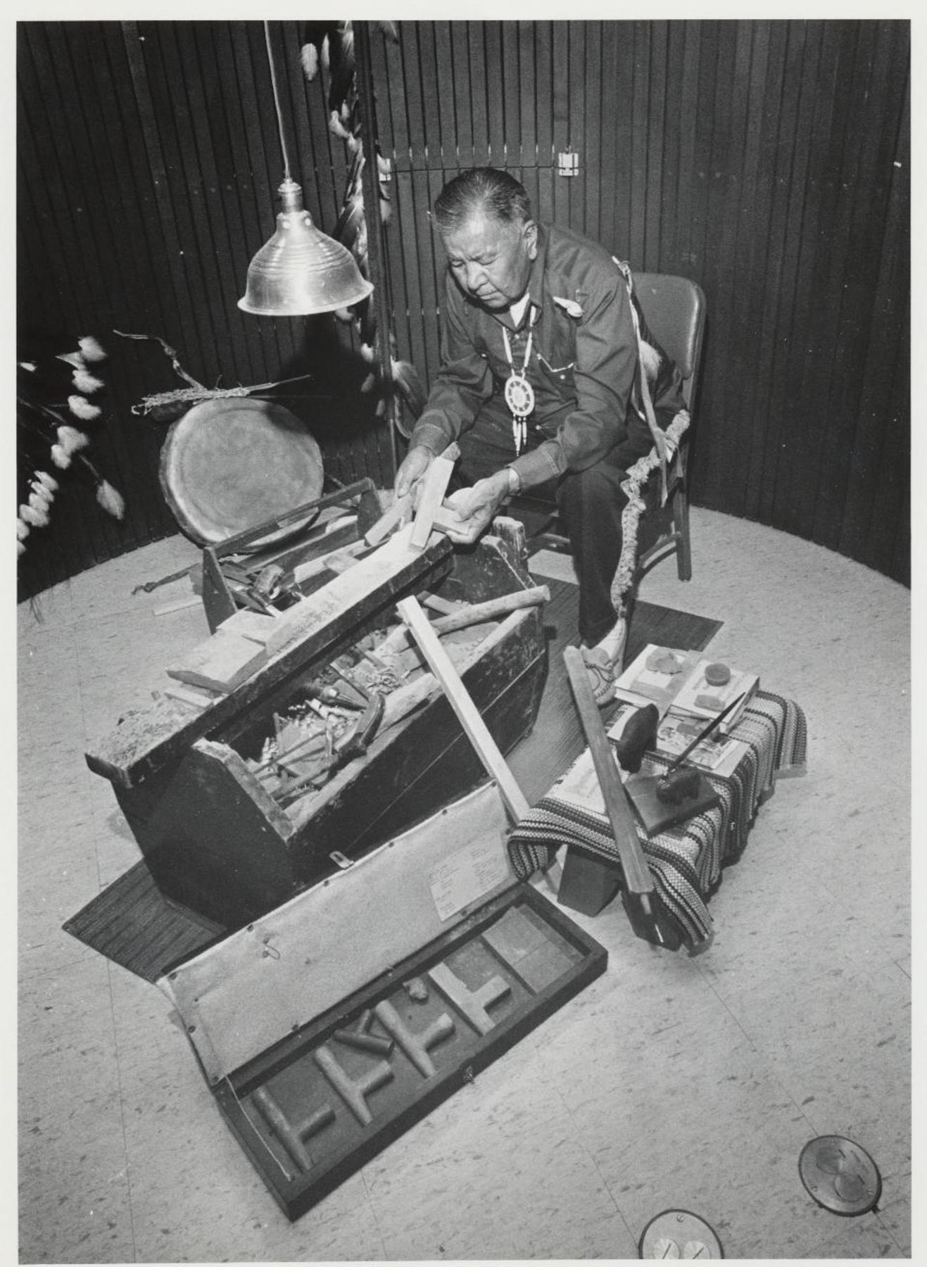 一名男子与很多木制烟袋。 (NPS)