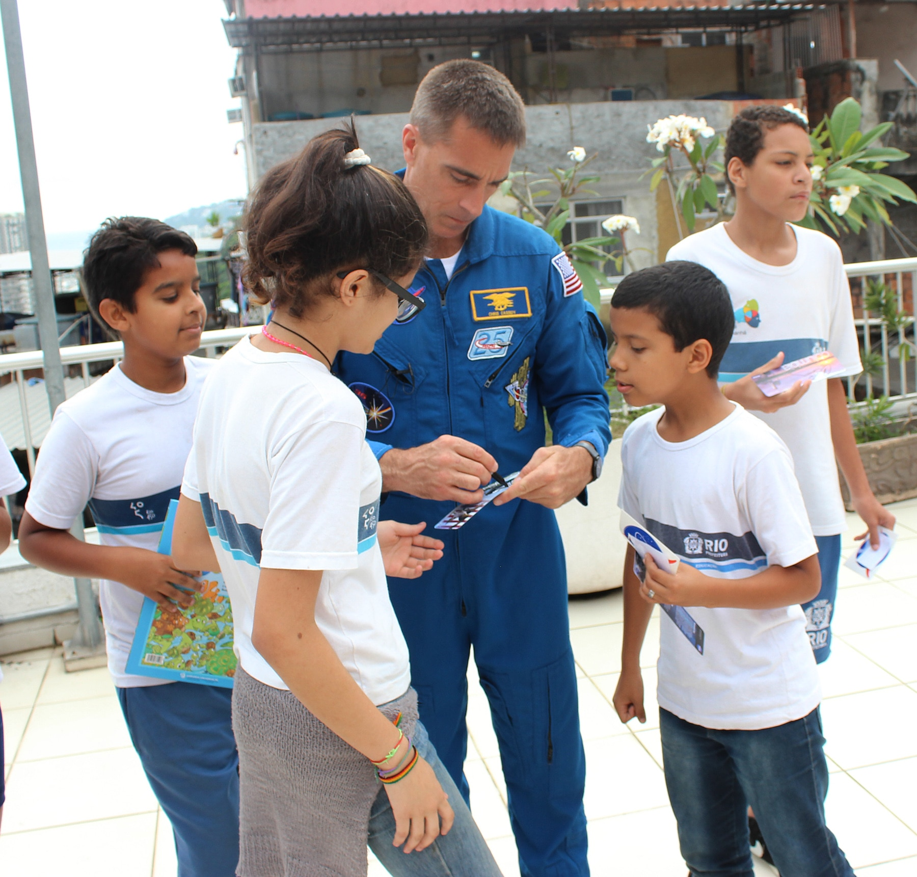 Chris Cassidy, in blue jumpsuit, signing autographs for children (Flavio Carvalho)