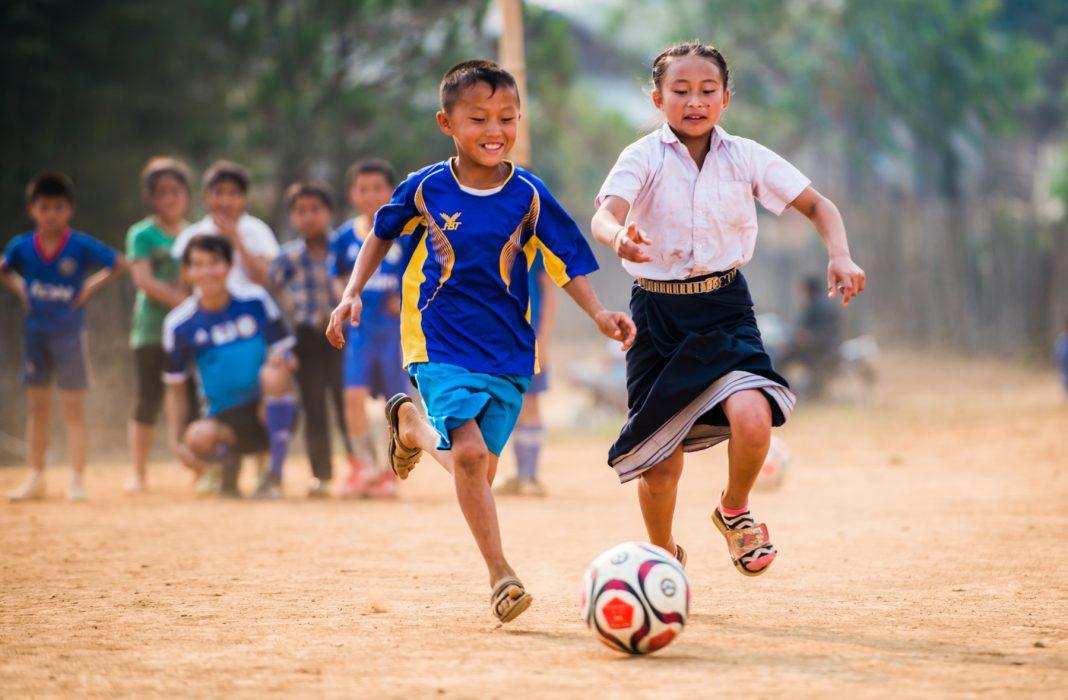 """Dos niños jugando al fútbol (Foto cedida por """"Espíritu del Fútbol"""")"""