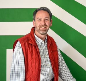 Vicente Fenoll Algorta, in red vest, against green and white background (Courtesy of Kubo Photo Gallery)