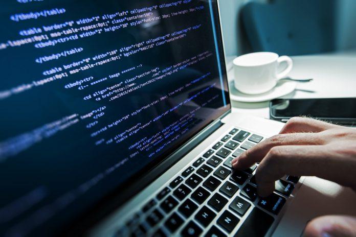 Une main sur le clavier d'un ordinateur (Shutterstock)