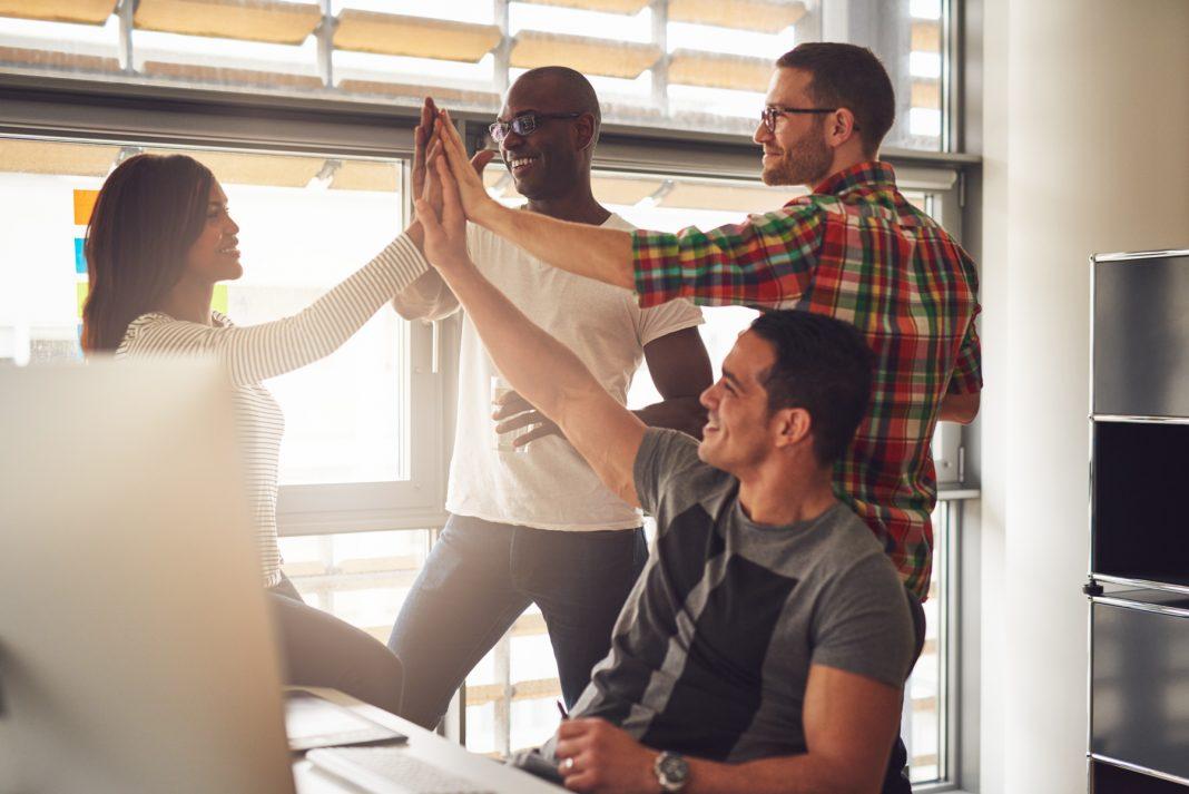 چار افراد ایک دوسرے سے ہاتھ ٹکرا رہے ہیں۔ (Shutterstock)