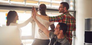 """Quatro pessoas fazendo """"high-five"""" (Shutterstock)"""
