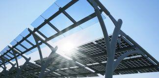 El sol brilla a través de paneles solares (Shutterstock)
