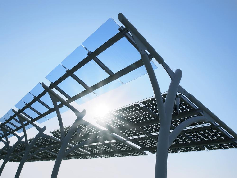 O Sol brilha através dos painéis solares (Shutterstock)
