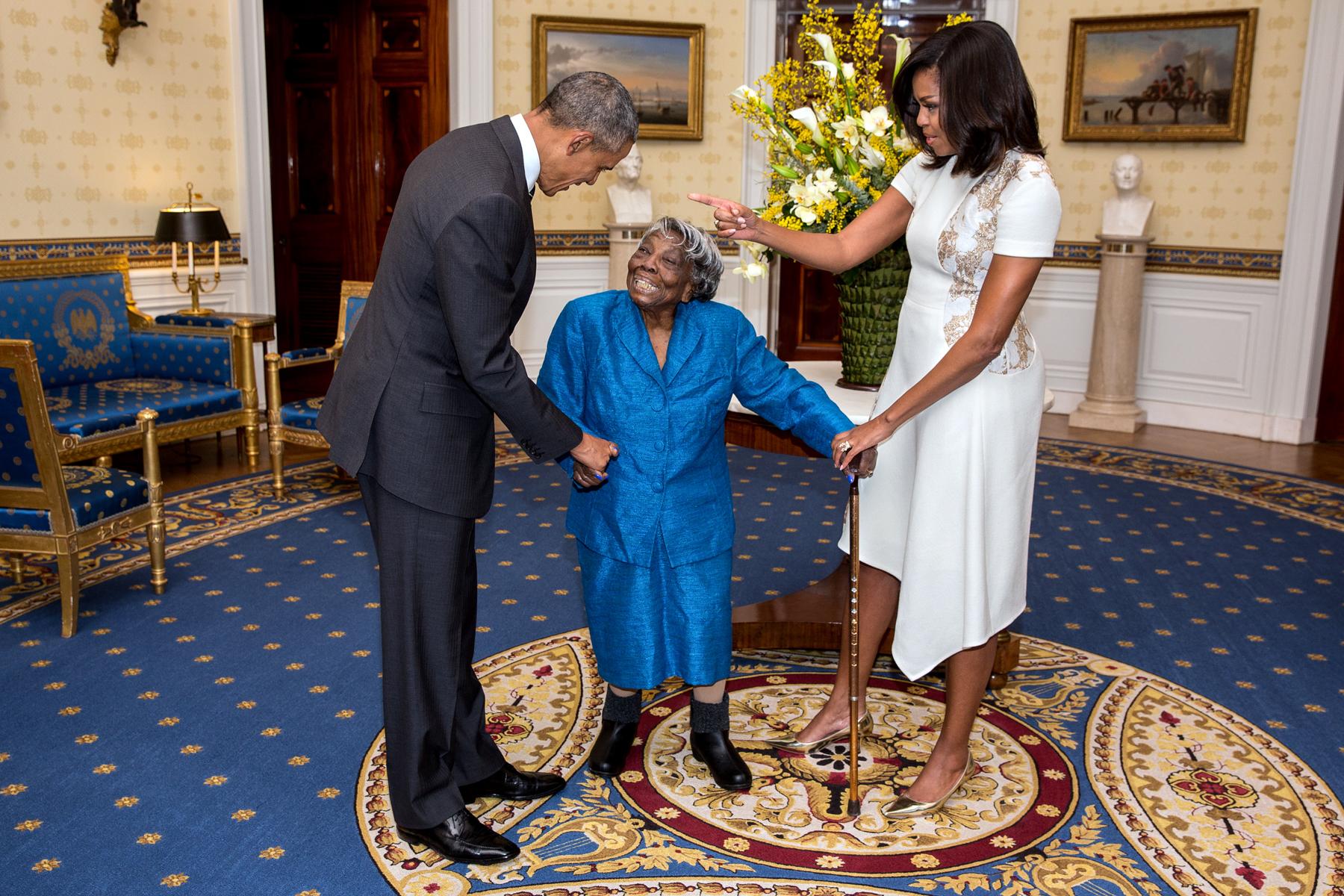 Virginia McLaurin entre Barack y Michelle Obama (La Casa Blanca/Lawrence Jackson)