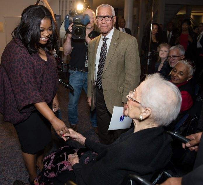 Octavia Spencer saluda a Katherine Johnson (NASA)