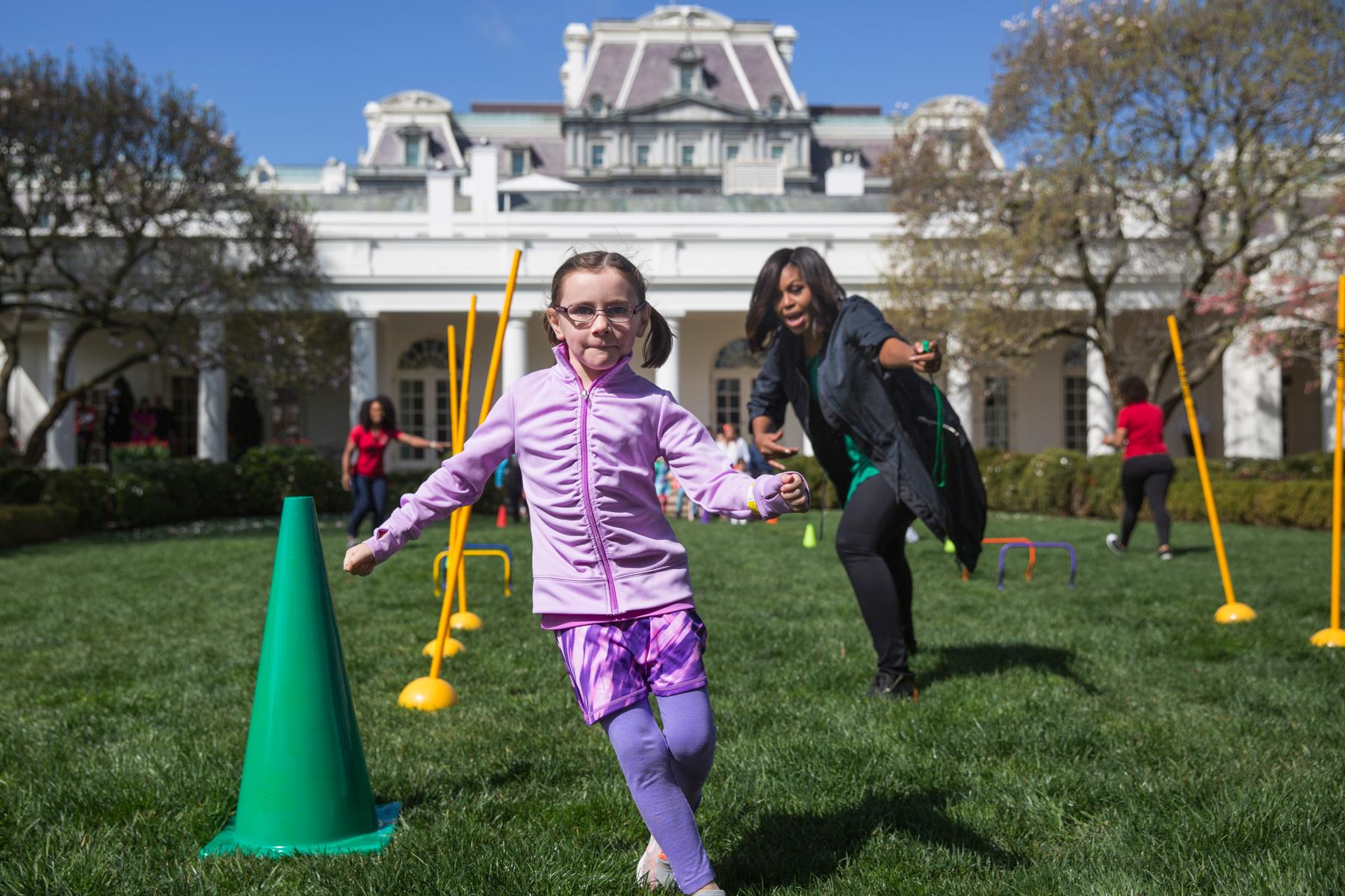 Una niña jugando con Michelle Obama (© AP Images)