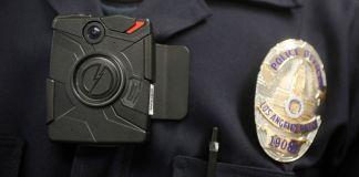 Policial portando uma câmera corporal (© AP Images)