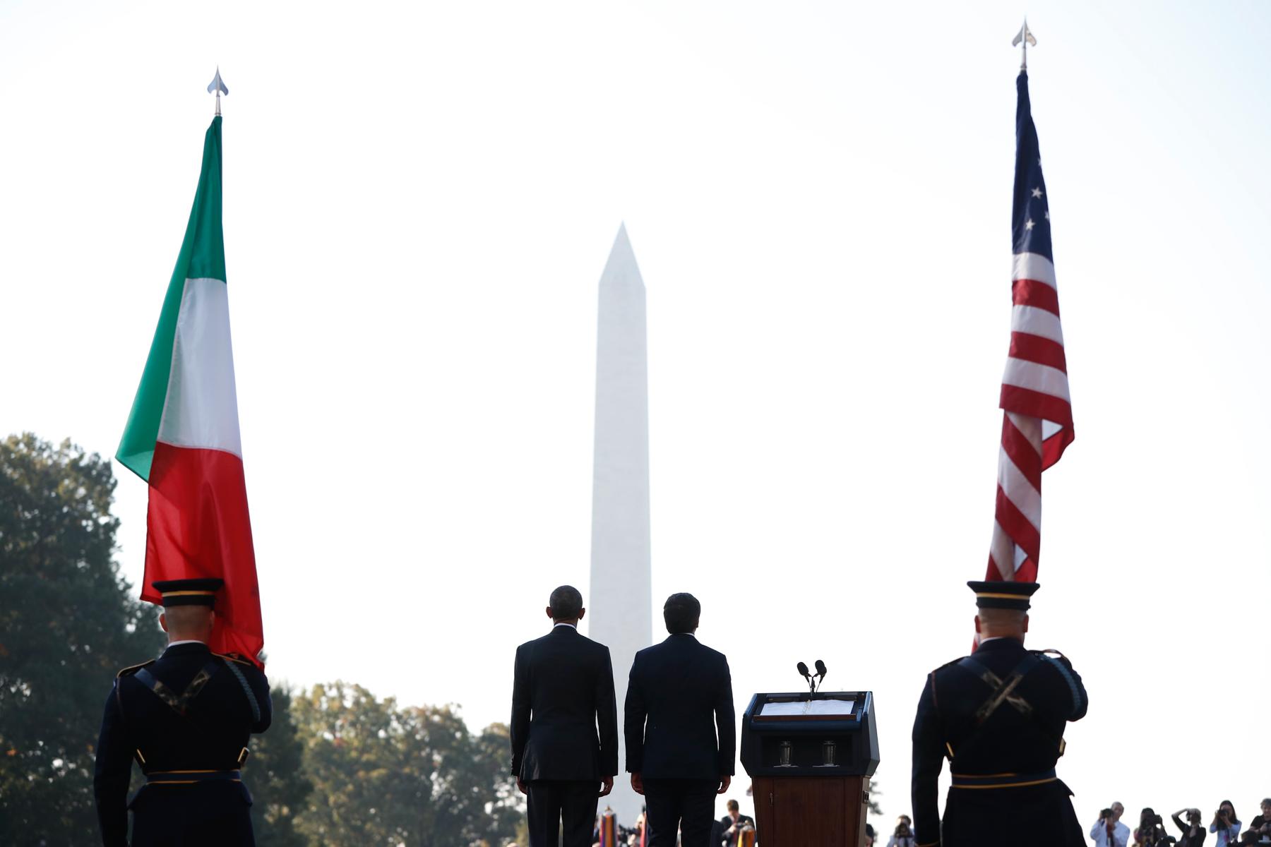 Cuatro personas frente al monumento a Washington (© AP Images)
