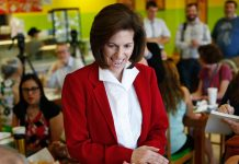 Catherine Cortez Mosto akan mengukir sejarah saat ia menjabat menjadi anggota Senat AS pada 2017. Catherine adalah satu dari sejumlah perempuan yang menduduki posisi penting di AS. (© AP Images)