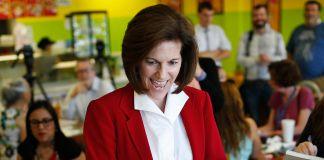 Catherine Cortez Masto in cafeteria (© AP Images)
