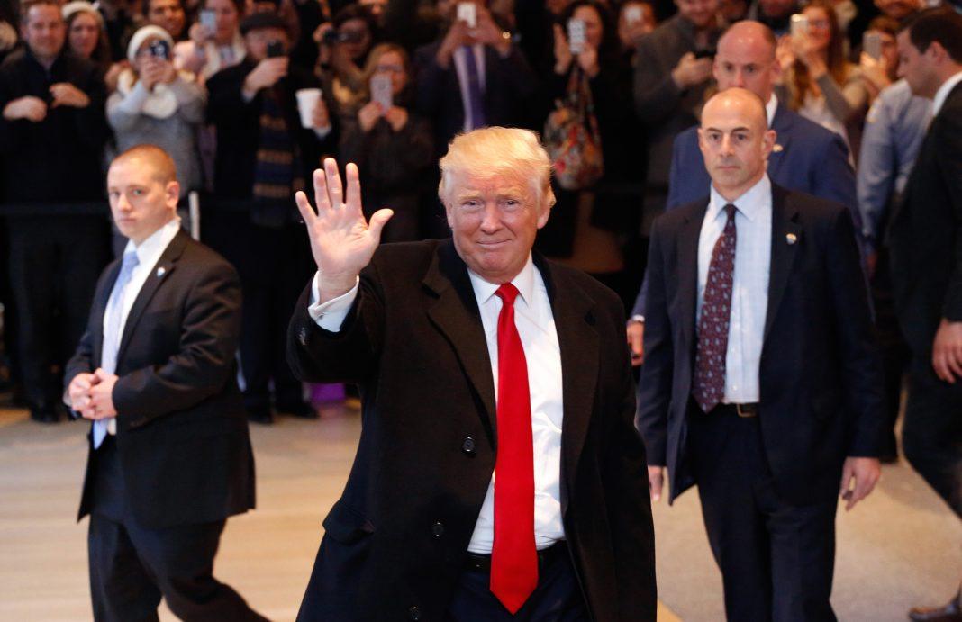 Donald Trump waving to crowd (© AP Images)