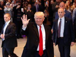 Donald Trump saluant une foule (© AP Images)