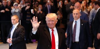 Donald Trump saluda a la multitud (© AP Images)