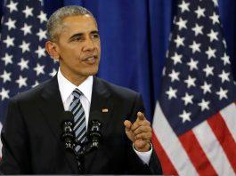 O presidente Obama fala ao microfone (© AP Images)