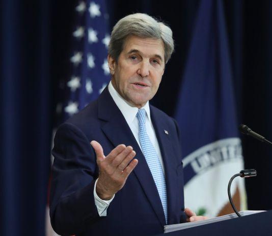 john Kerry speaking at lectern (© AP Images)