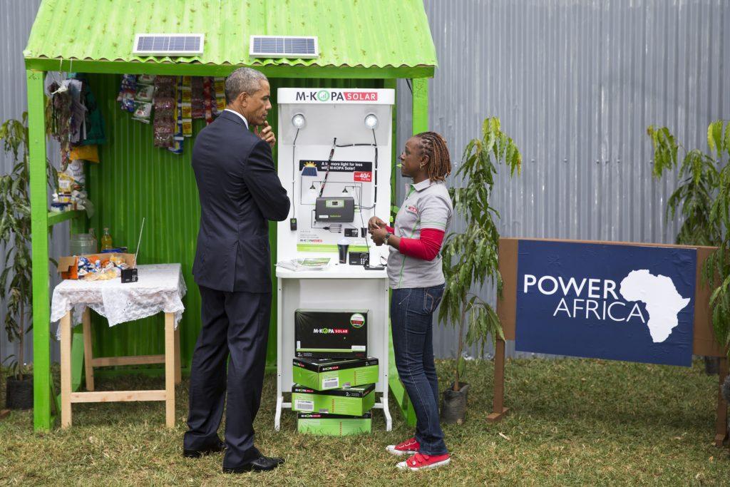 O presidente Obama e uma jovem em estande de energia solar (© AP Images)