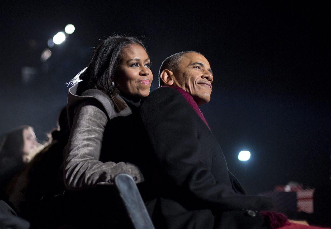 Michelle Obama apoyándose en el presidente Obama (© AP Images)