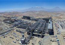 Vista aérea de grande operação industrial em região montanhosa (© Cerro Verde/Lance Lundstrom)