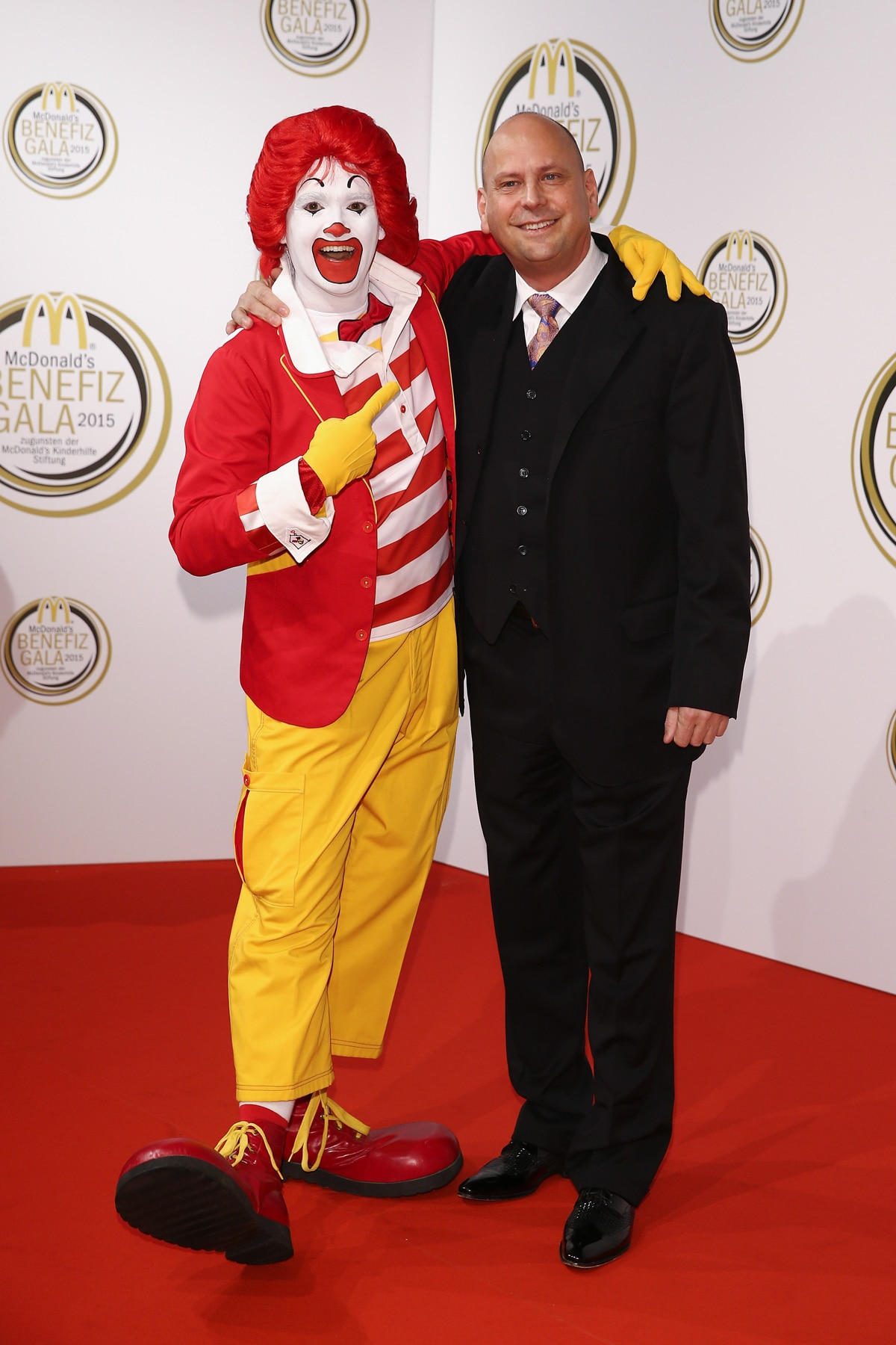 Clown standing with man (© Getty Images/Andreas Rentz)