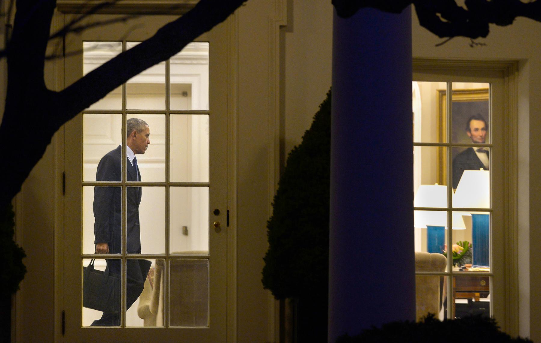 Vista de Barack Obama a través de las ventanas dentro de la Casa Blanca (© Getty Images/Olivier Douliery)