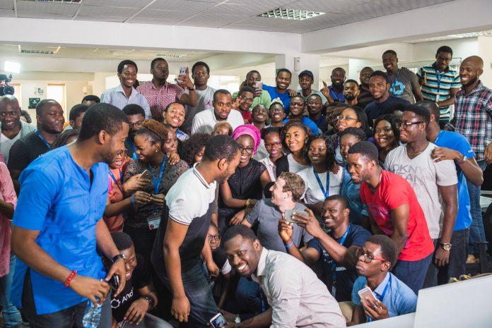 Марк Цукерберг и студенты (Courtesy photo)