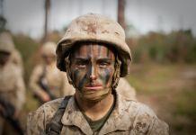 Maria Daume vistiendo uniforme militar y con el rostro pintado de camuflaje (Infantería de Marina de Estados Unidos/Sargento Greg Thomas)