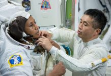 Koichi Wakata (kanan) membantu Jeanette Epps mengikatkan sesuatu pada pakaian luar angkasa (NASA)