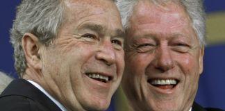 Gros plan de George W. Bush et de Bill Clinton en train de rire (© AP Images)