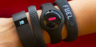 Rastreadores de forma física no braço de uma pessoa (© AP Images)