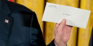 Hand holding up envelope addressed to 'Mr. President' (© AP Images)