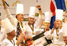 Une demi-douzaine de chefs cuisiniers en liesse (© AP Images)