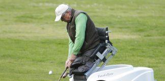 Un homme, les jambes amputées, jouant au golf à l'aide d'un scooter qui lui permet de se positionner (© AP Images)