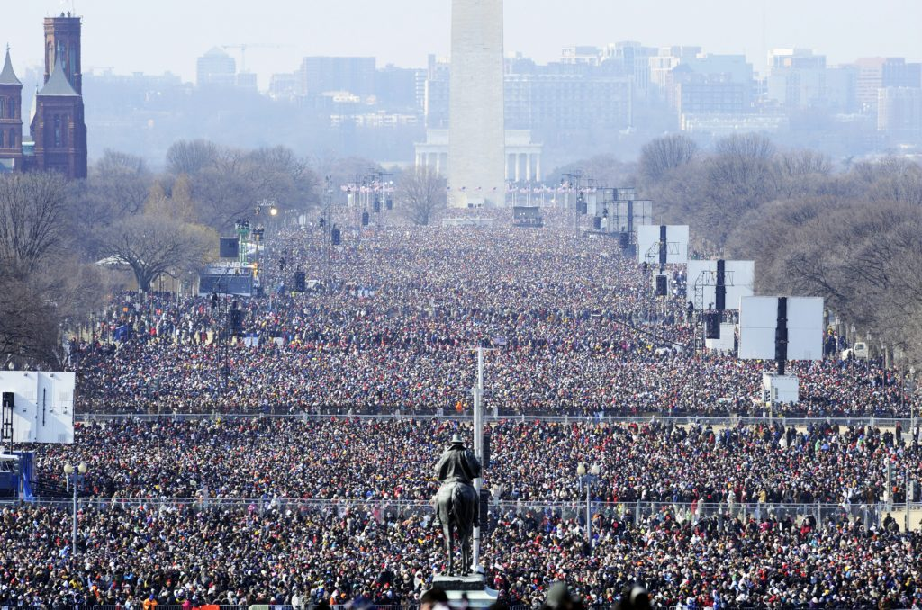 Crowd filling National Mall (© AP Images)