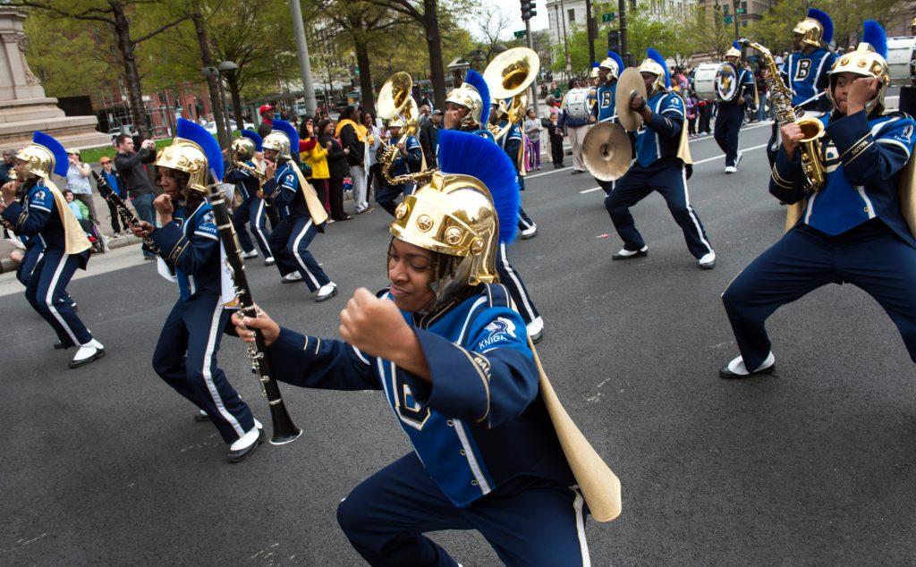 Banda marcha en una calle durante un desfile (© Getty Images/Katherine Frey/The Washington Post)