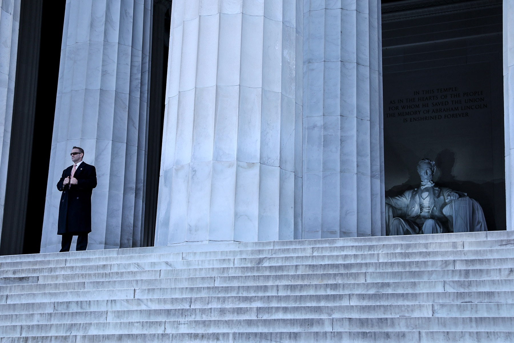 Man standing on steps of Lincoln Memorial (© Evelyn Hockstein/Getty Images)