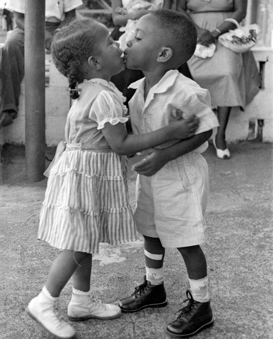 """Международный поцелуй"" (© Griff Davis)"