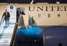 Rex Tillerson baja por la escalera de un avión (© AP Images)