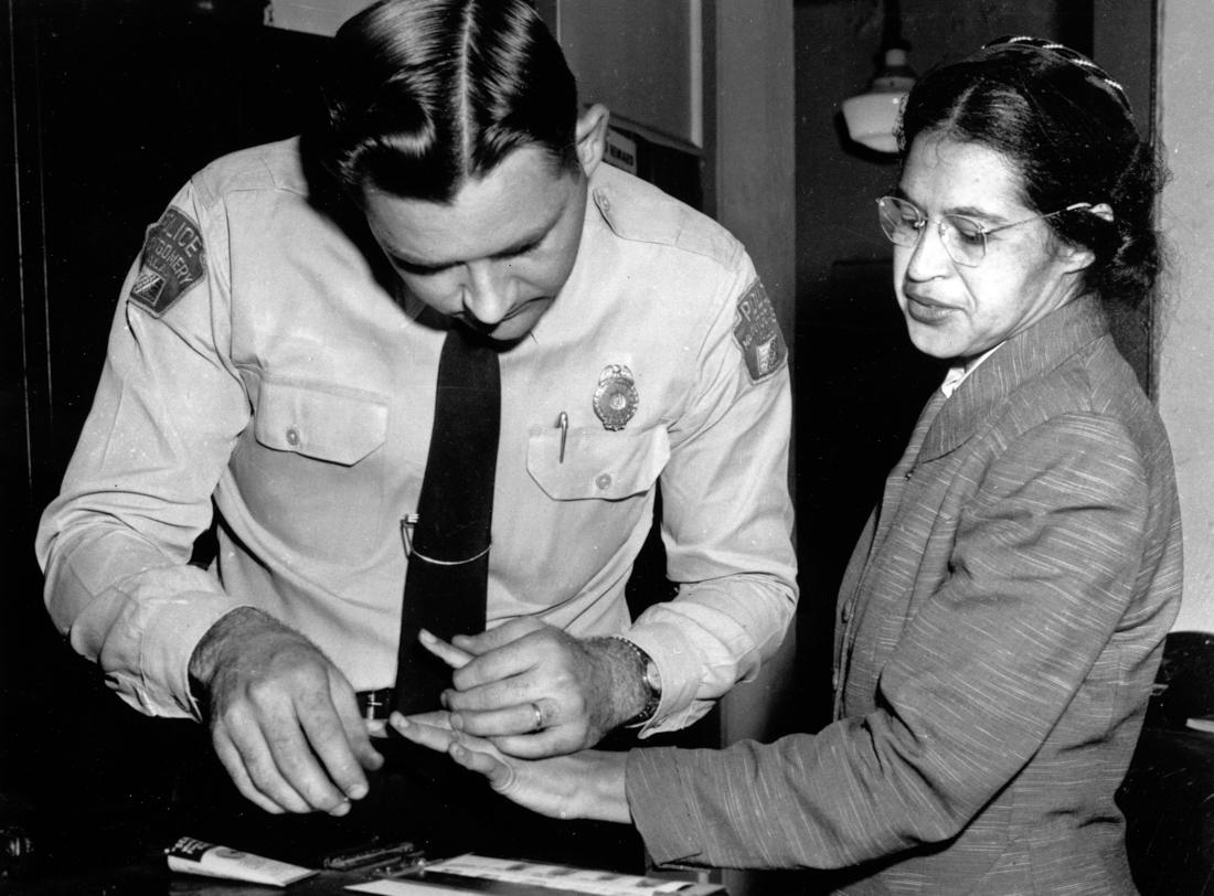 Роза Паркс в полицейском участке (© AP Images)