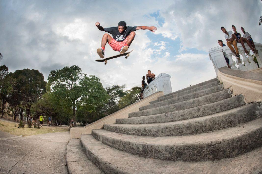 Un homme en train de faire un saut en skateboard (© Neftalie Williams)