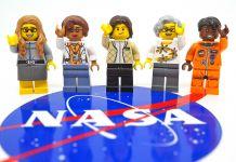 Cinco figurines de Lego con el logo de la NASA al frente (Maia Weinstock)