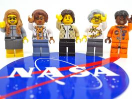 Lima mainan Lego dengan logo NASA di latar depan (Maia Weinstock)