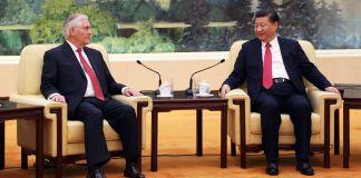 Rex Tillerson e Xi Jinping sentados em frente a um mural (Depto. de Estado)