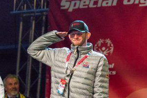 Gary Endecott faisant le salut militaire (Special Olympics USA)