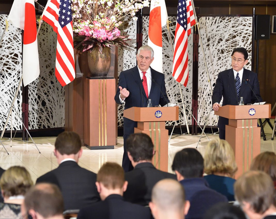 O secretário de Estado dos EUA, Rex W. Tillerson, e o ministro das Relações Exteriores do Japão, Fumio Kishida (Departamento de Estado)